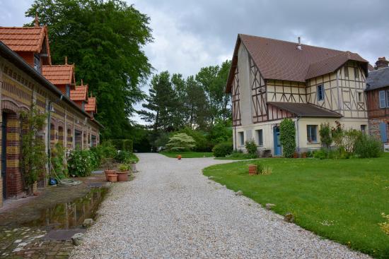 Manoir de Graincourt : The driveway to the house.