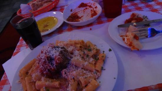 Mama D's Italian: Le plat, le vin (oui, on dirait du Coca) et une partie de ce qu'on vous sert pour patienter