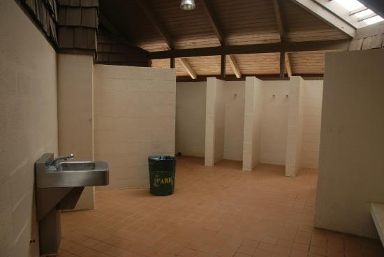 Merveilleux Hapuna Beach State Recreation Area: Showers Inside Restroom