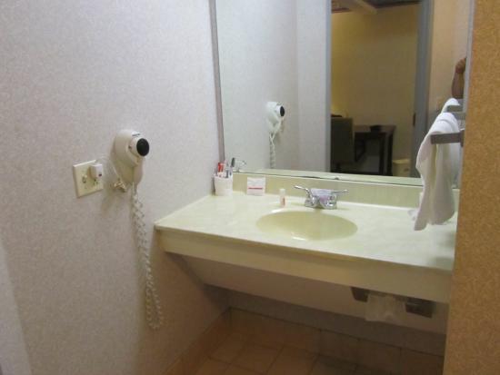 Lisbon, OH: vanity area