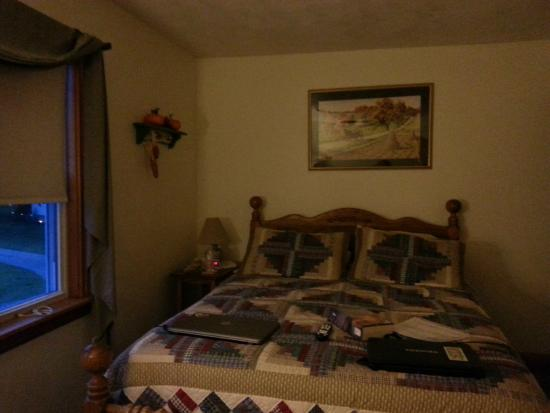 Country Seasons Bed & Breakfast Inn: The Autumn Room