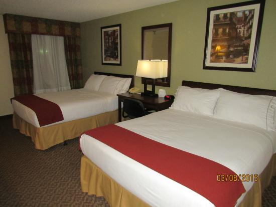 Holiday Inn Express Osage Beach - Lake of the Ozarks: beds