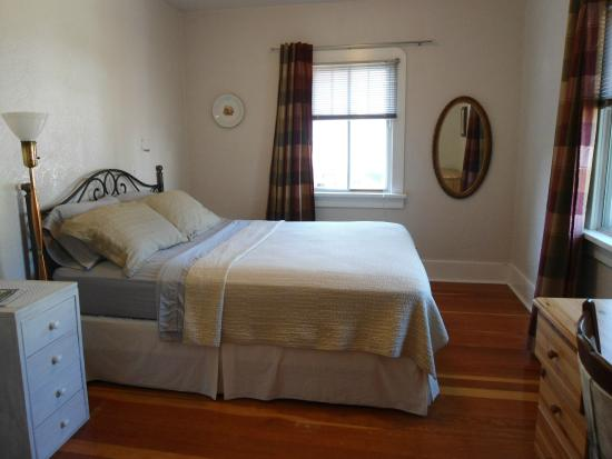 Dorothy's Guest House: Back bedroom in Main Guest House