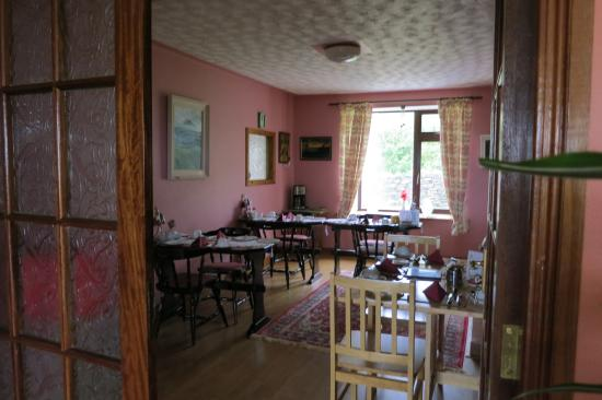 De Mordha Bed and Breakfast: Lovely dining room with beautiful doors.