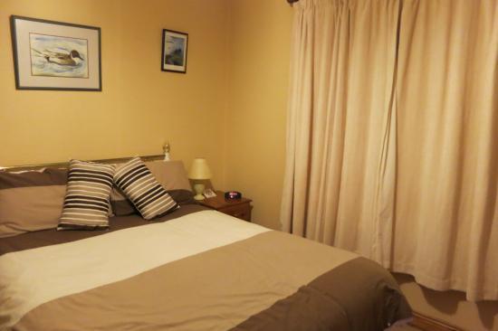 De Mordha Bed and Breakfast: Warm, comfortable room.