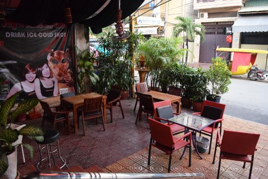 Flamingos Hotel: Терраса хоть и выходит на улицу, но огорожена горшками с растениями, а потому тут даже днём тихо