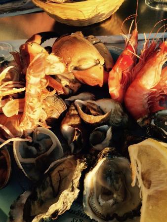 Au Temps des Huîtres : La façade (prolongement de la halle aux poissons), l'assiette à 16 euros