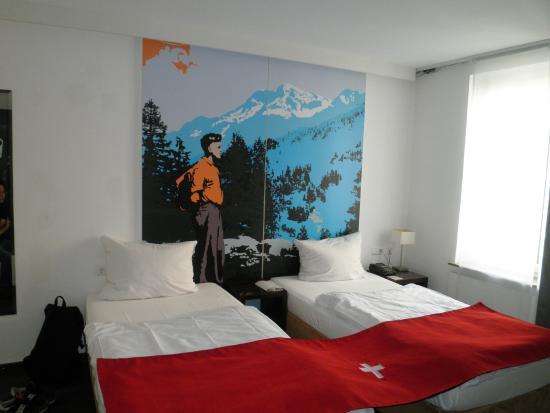 Hotel Helvetia: 各部屋にスイスの絵が飾られてます。