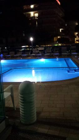 Hotel Helen : Piscina di sera v.b