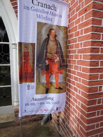 Gotisches Haus: Hinweisschild Ausstellung im Gotischen Haus Sommer 2015