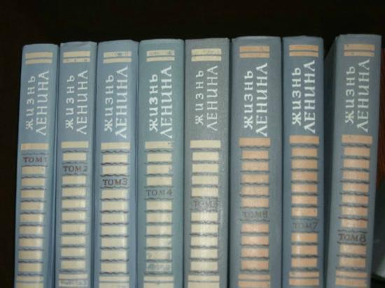 Apart-Hotel Kronverk: Книжный шкаф на 6-м этаже