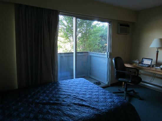 The New 401 Hotel : Chambre : 2 lits, bureau, tv, balcon