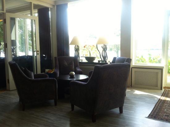 petit salon tr s cosy avec jolie vue sur le jardin bild. Black Bedroom Furniture Sets. Home Design Ideas