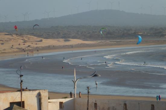 Residence La Galiote : Kitesurfers in Essaouira bay