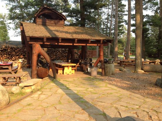 Big Bear Hideaway: The common area where you can grill and have a bonfire