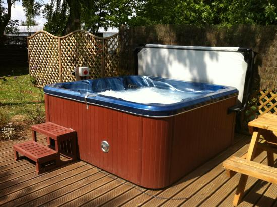 Fullers Hill Cottages: Hot tub in our large garden