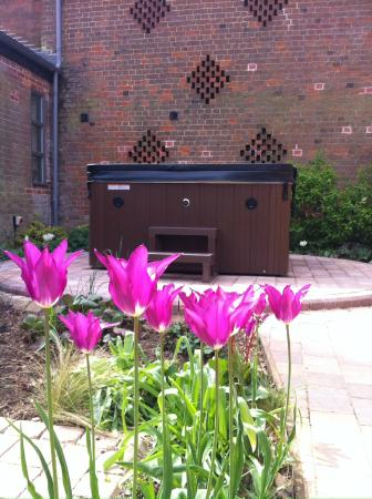 Fullers Hill Cottages: Private hot tub in The Tack Room butterfly garden