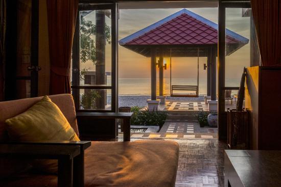 Sirarun Resort: Living room of beach front villa