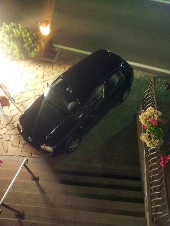 Hotel Dolomiti: In overleg met gastvrouw geparkeerd voor het hotel