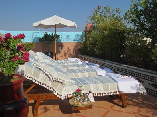 Riad Hikaya: Sunbeds on roof terrace