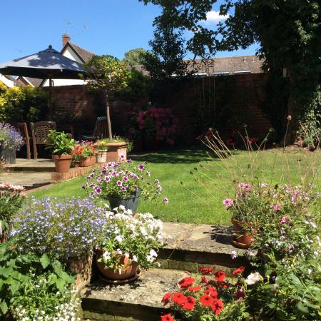 The Gables B&B Hadleigh: Relax in our garden...
