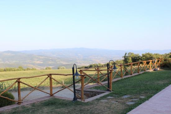 La Quercia di Giada B&B: uitzicht van aan het zwembad