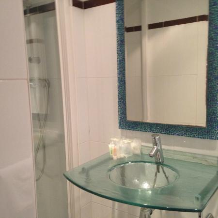 Hotel Viator: Remodeled bathroom for room 205.