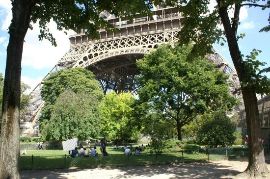 Jardin au pied de la tour eiffel photo de parc du champ for Au jardin de la tour