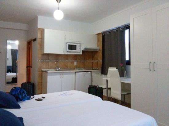 Stanza con angolo cucina - Bild von Hostal Marblau, Cala Figuera ...