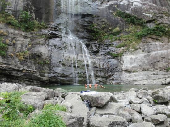 Hotel Turisti: waterfall and swimming hole near hotel
