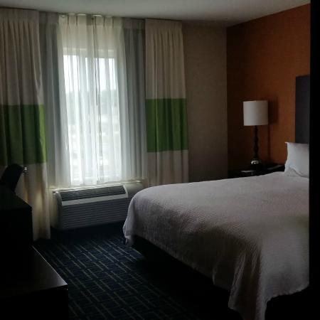 Fairfield Inn & Suites Cedar Rapids: Smallish king room