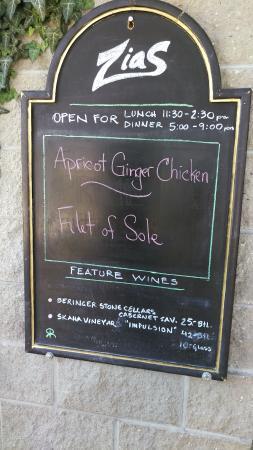 Zias Stonehouse Restaurant: Love their chalkboard sign. :)