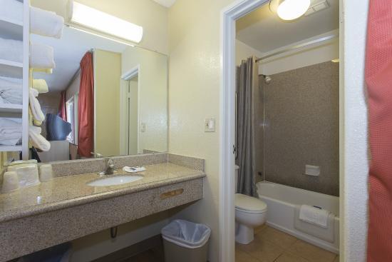Motel 6 San Francisco Downtown : Bathroom