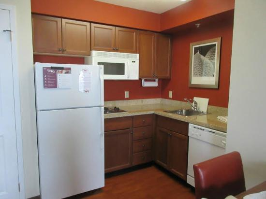 Residence Inn Whitby: Kitchen in our room