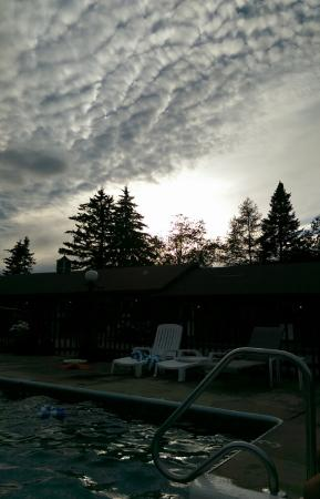Northern Comfort Motel: Poolside view at dusk