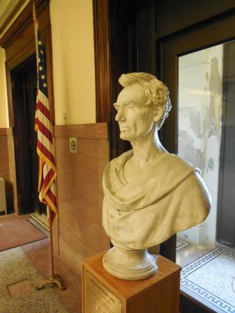 Dixon, IL: Lincoln Statue inside the old court house