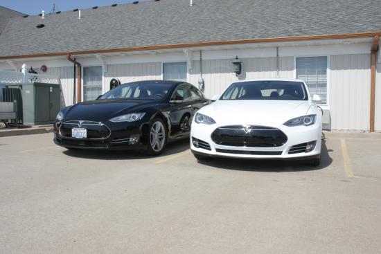 La Plata, MO: Teslas at Destination Charging Stations
