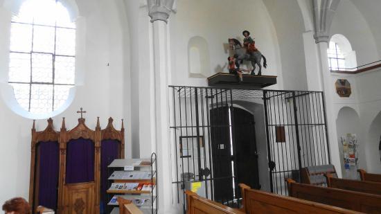Wallfahrtskirche Maria Himmelfahrt zu St. Leonhard: Kirchenausgang mit Beichtstuhl und Heiliger Martin mit Bettler