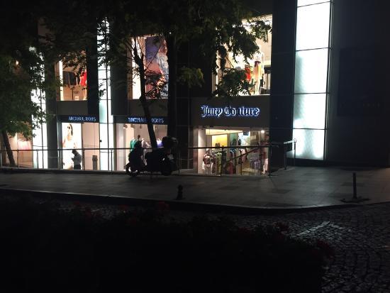 Nisantasi Baskose : Этот магазин находится напротив этого ресторана, очень дорогой но все брендовое