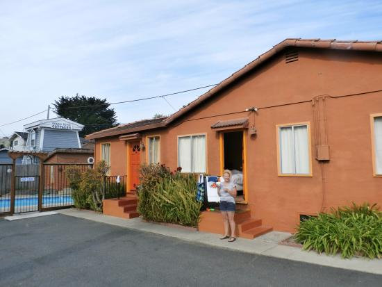 Sunny Cove Motel Apartments: the outside where all looks cozy