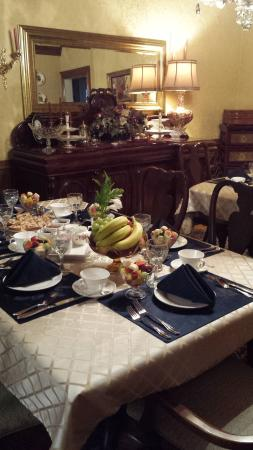 Caledonia House B&B: Beautiful table set for breakfast.