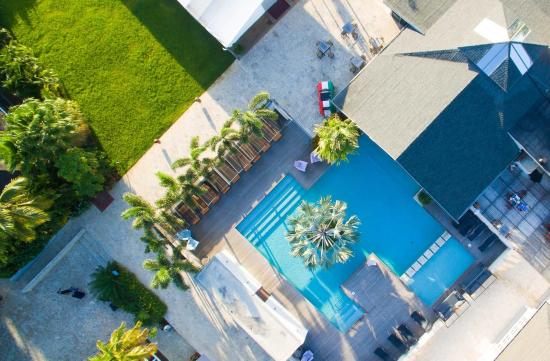 Trupial Inn: pool view from above