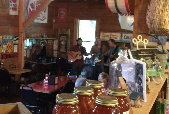 Old Hampton Store and BBQ: live music during Friday lunch