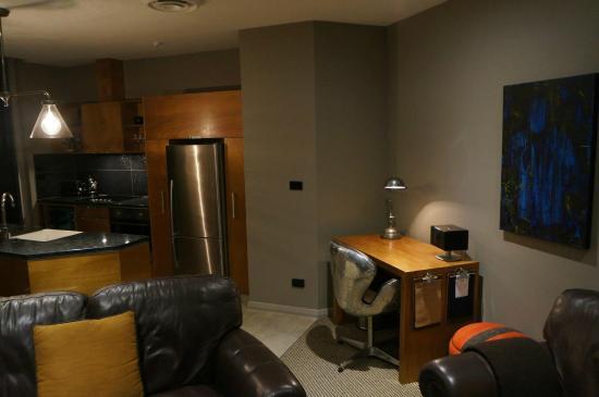King and Queen Hotel Suites: Work desk.