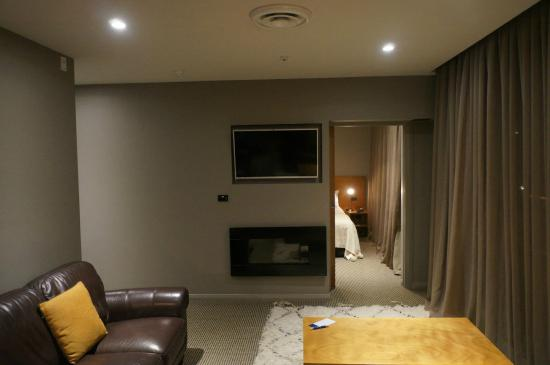 King and Queen Hotel Suites: Living room.