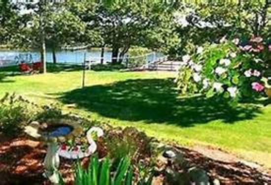 Green Harbor Waterfront Lodging: Spacious lawns with picturesque waterviews