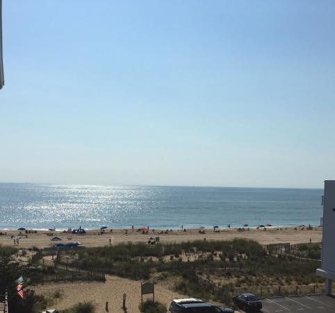 Marylander Hotel Condo : Our view of the beach from the 4th floor balcony!