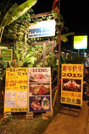 Peeping Som's Bar and Restaurant: Entrance