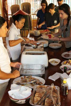 Hotel Gran Oceano: Friendly staff serving breakfast