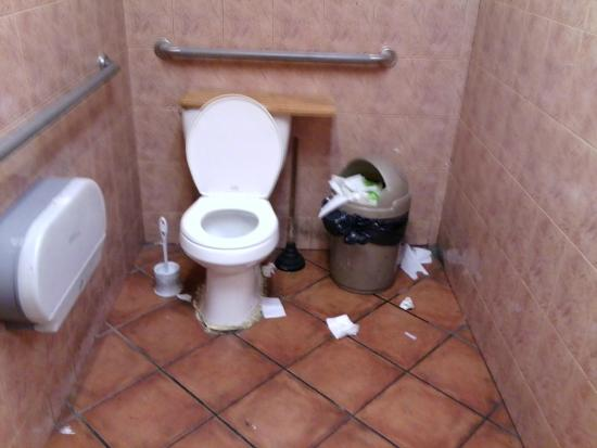 Bravo Pizza: Poorly Maintained Restroom